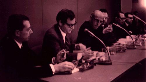 Il secondo, il terzo e il quarto, da sinistra, sono: Umberto Eco, Michel Foucault, Enzo Melandri