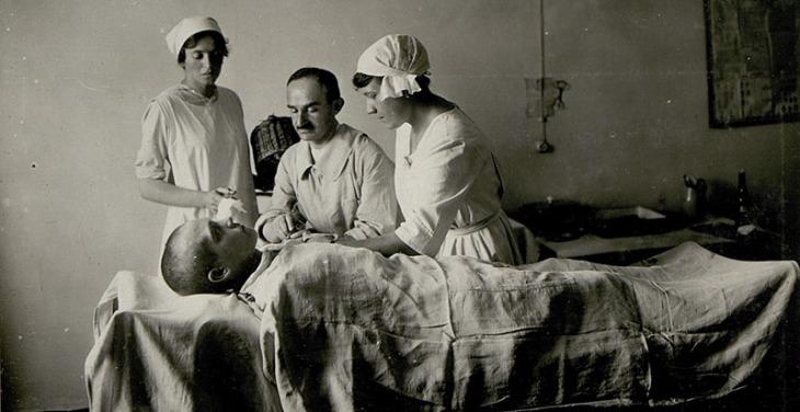 Iniezione di salvarsan (o arsfenamina) in un ospedale da campo per la malaria a Cividale, in Friuli